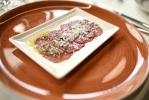 Carpaccio de buey, parmesano y vinagreta de aceitunas negras
