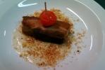 Papada de lechón sobre salsa de roquefort y migas de pan
